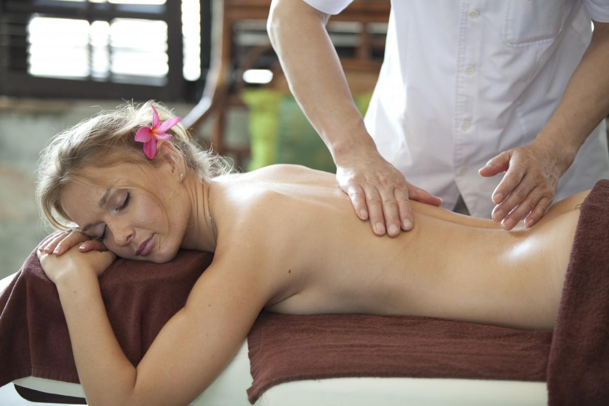 Массажист раздевает девушку на массаже